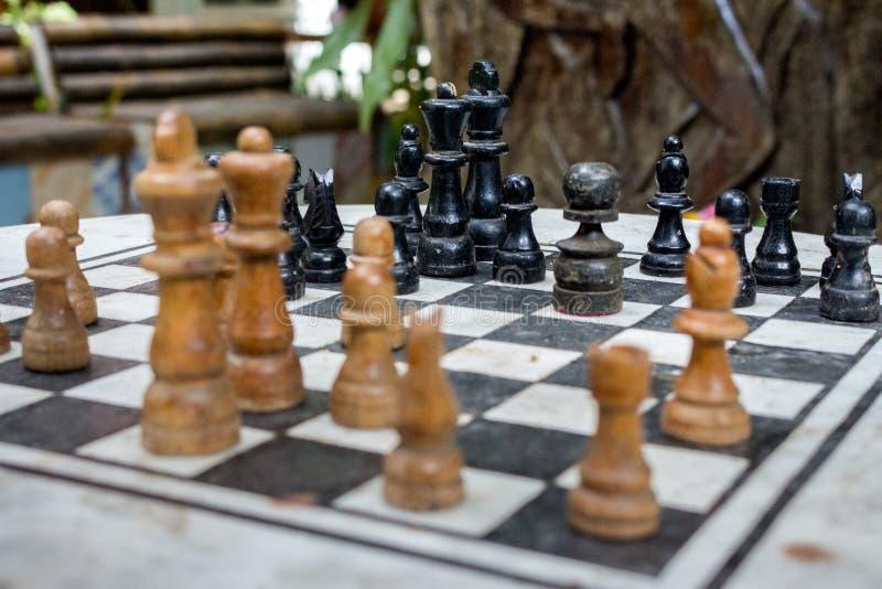 Η υπαίθρια σκακιέρα με τους μαύρους και κίτρινους αριθμούς με το πρώτο πλάνο Έννοια ανταγωνισμού και στρατηγικής Ξύλινα κομμάτια  στοκ εικόνες
