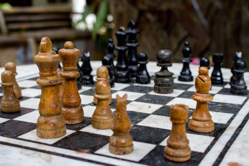 Η υπαίθρια σκακιέρα με τους μαύρους και κίτρινους αριθμούς με το υπόβαθρο Έννοια ανταγωνισμού και στρατηγικής Ευφυής αθλητισμός στοκ εικόνες