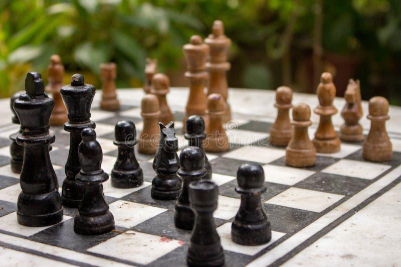 Η υπαίθρια σκακιέρα με τους μαύρους και κίτρινους αριθμούς με το υπόβαθρο Έννοια ανταγωνισμού και στρατηγικής Ευφυής αθλητισμός στοκ φωτογραφία με δικαίωμα ελεύθερης χρήσης