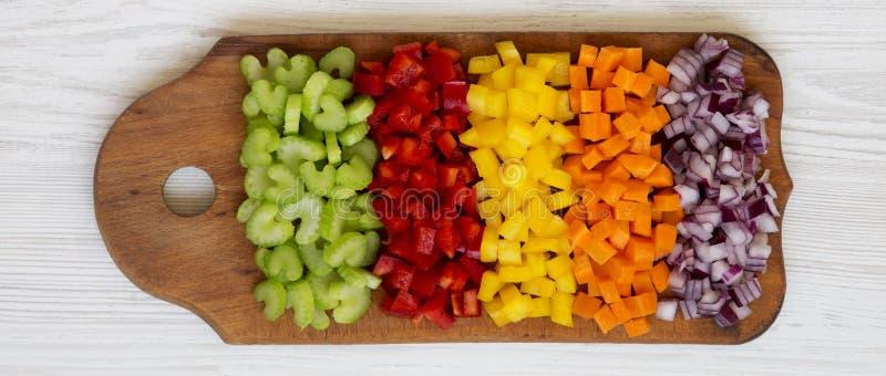 Η υπερυψωμένη άποψη, τεμαχισμένο καρότο φρέσκων λαχανικών, σέλινο, κόκκινο κρεμμύδι, χρωμάτισε τα πιπέρια που τακτοποιήθηκαν στον στοκ εικόνα