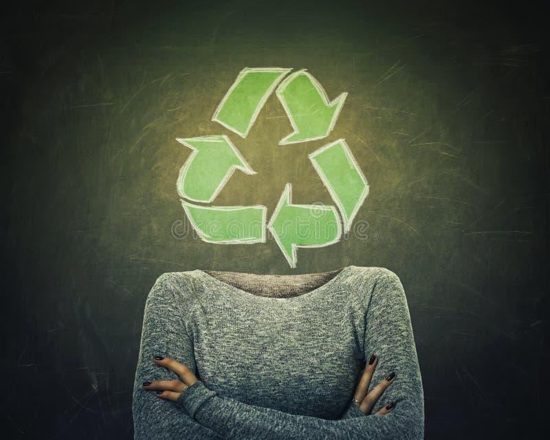 Η υπερφυσική νέα γυναίκα εικόνας διέσχισε τα χέρια και το ανακύκλωσης σύμβολο αντί του κεφαλιού που σύρθηκε πέρα από το υπόβαθρο  διανυσματική απεικόνιση