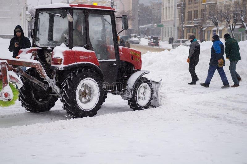 Η υπηρεσία χρησιμότητας καθαρίζει το χιόνι στοκ φωτογραφία με δικαίωμα ελεύθερης χρήσης