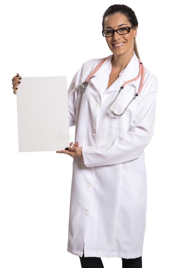 Η υπόδειξη γυναικών ιατρών χαμόγελου στον κενό πίνακα διαφημίσεων απομονώνει στοκ εικόνες με δικαίωμα ελεύθερης χρήσης