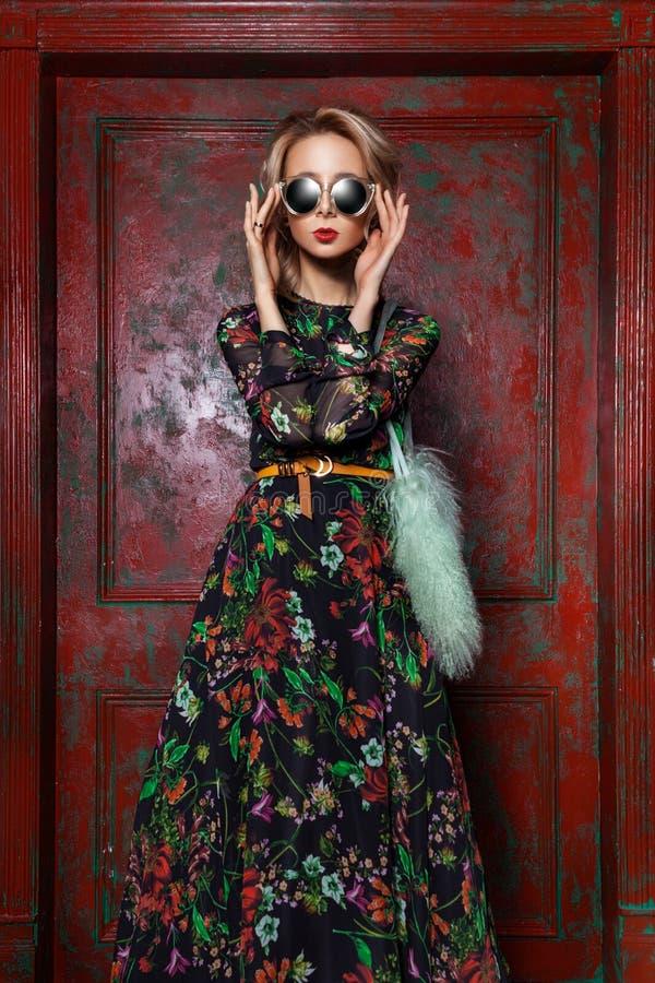 Η υψηλή μόδα φαίνεται μοντέρνο όμορφο νέο πρότυπο γυναικών glamor με τα κόκκινα χείλια ύφασμα θερινού στο φωτεινό ζωηρόχρωμο hips στοκ εικόνες