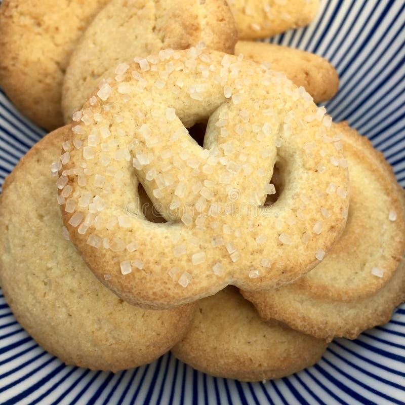 Η υψηλή άποψη γωνίας των μπισκότων με τη ζάχαρη ψεκάζει στοκ φωτογραφία
