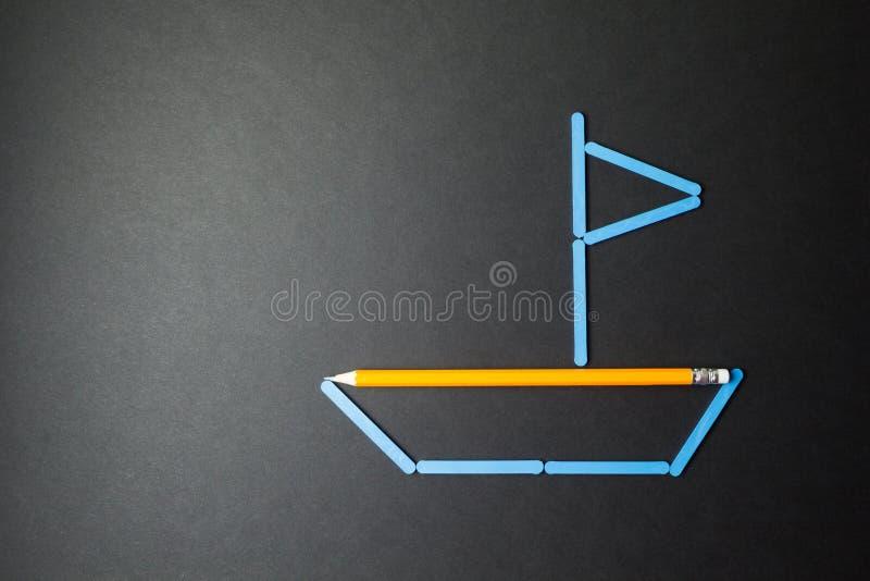 Η φαντασία ενός παιδιού, μια βάρκα φιαγμένη από μολύβια στοκ εικόνες με δικαίωμα ελεύθερης χρήσης