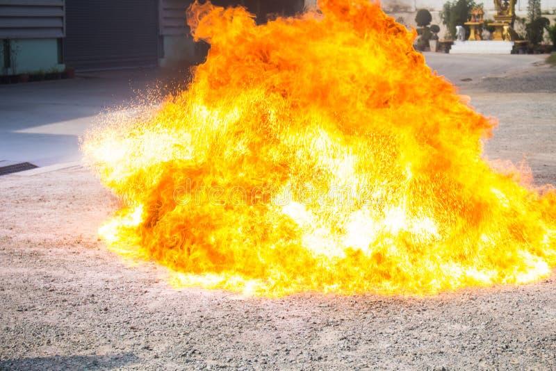 Η φλόγα από το πετρέλαιο που αυξάνεται βίαια στο τρυπάνι πυρκαγιάς στοκ εικόνα με δικαίωμα ελεύθερης χρήσης