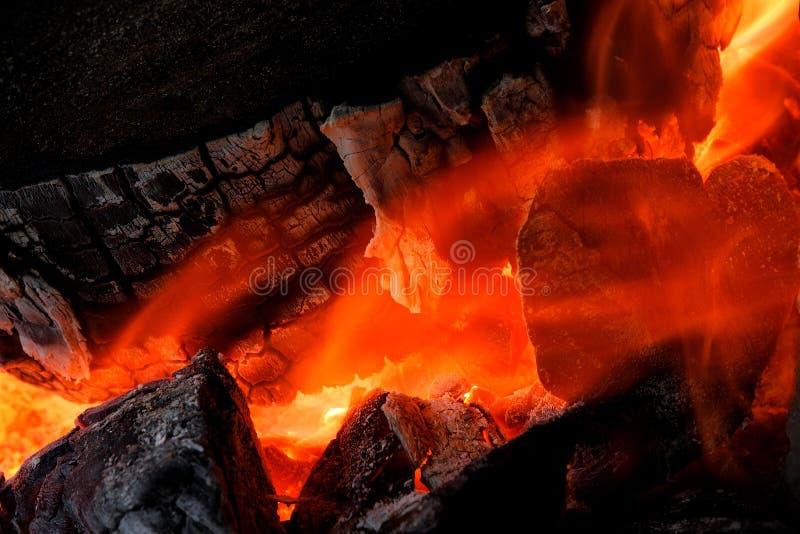 Η φλόγα που καίει το καυσόξυλο στοκ εικόνα