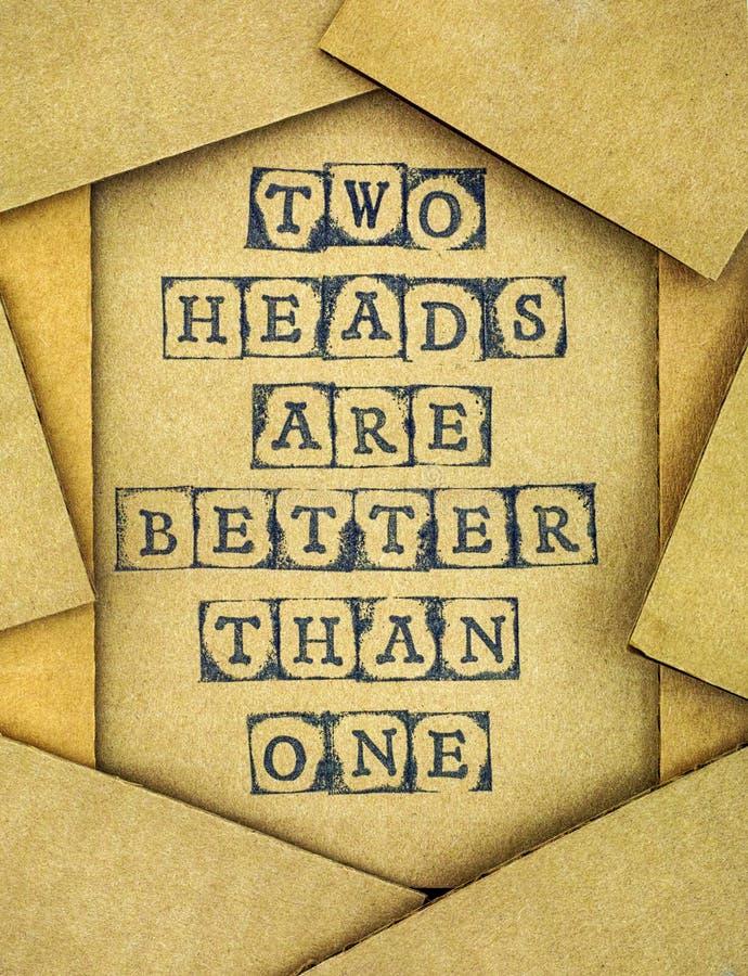 Η φράση δύο κεφάλια είναι καλύτερη από το ένα κάνει από το μαύρο αλφάβητο stam στοκ φωτογραφία