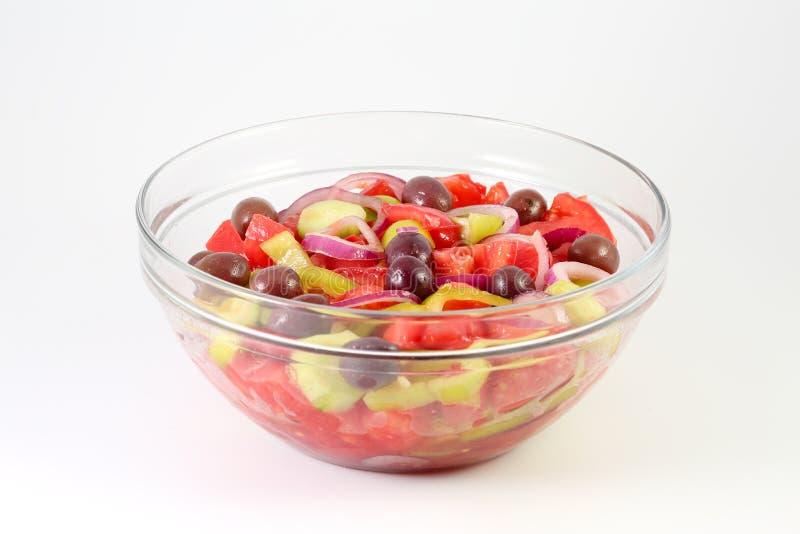 Η φρέσκια θερινή φυτική σαλάτα με τις ντομάτες, το αγγούρι, το πράσινο πιπέρι, τα κόκκινες δαχτυλίδια κρεμμυδιών και οι ελιές σε  στοκ φωτογραφίες με δικαίωμα ελεύθερης χρήσης