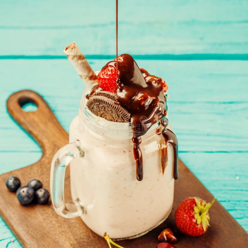 Η φρέσκια φράουλα milkshake και τα μούρα ψεκάζουν τη σοκολάτα στοκ εικόνα με δικαίωμα ελεύθερης χρήσης