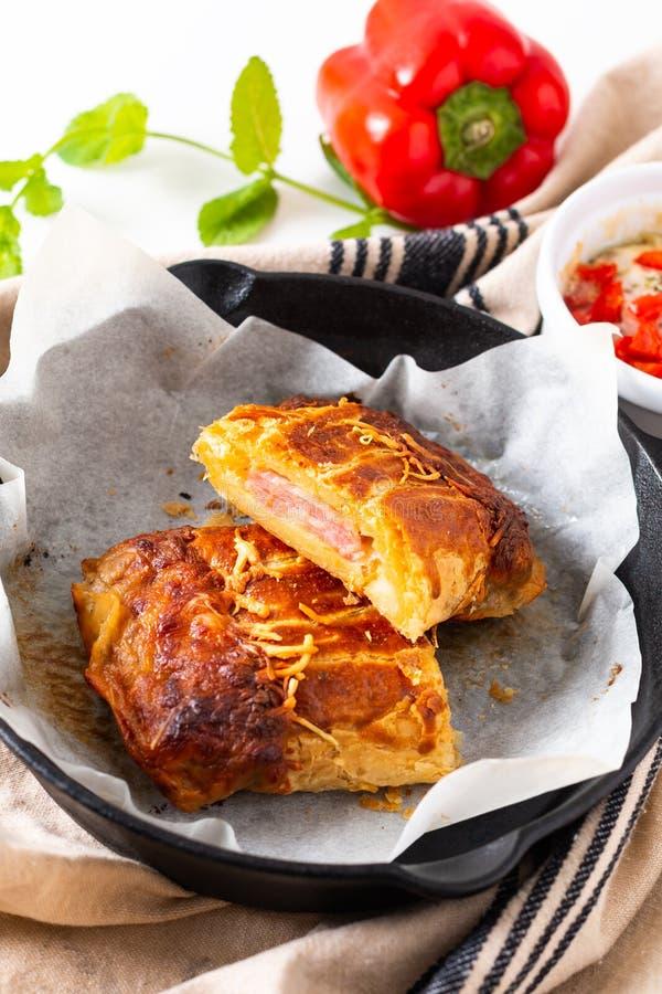 Η φρέσκια ψημένη σπιτική πίτα τυριών ζαμπόν έννοιας τροφίμων στο σίδηρο skillet πέταξε με το διάστημα αντιγράφων στοκ φωτογραφίες