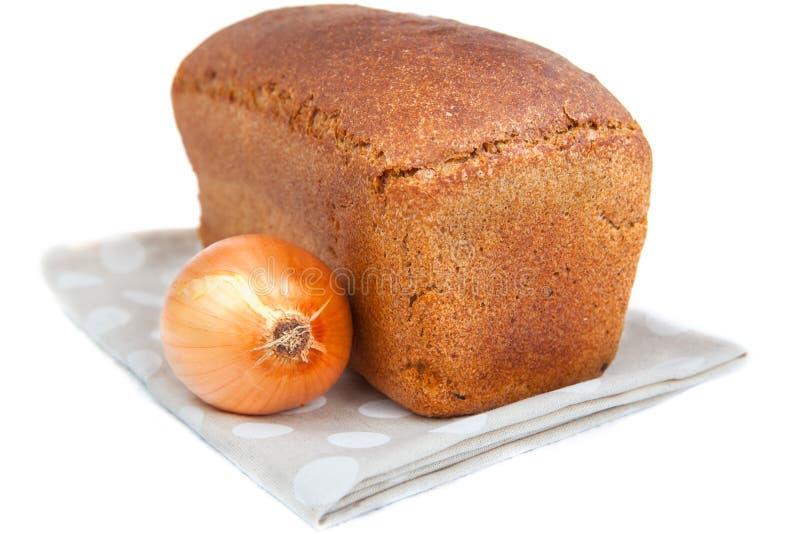 Η φραντζόλα του ψωμιού και του κρεμμυδιού στο λευκό στοκ εικόνα