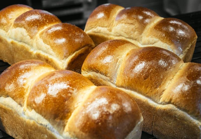 Η φραντζόλα ψωμιού φρέσκια ψήνει το κατάστημα αρτοποιείων επίδειξης στοκ φωτογραφία
