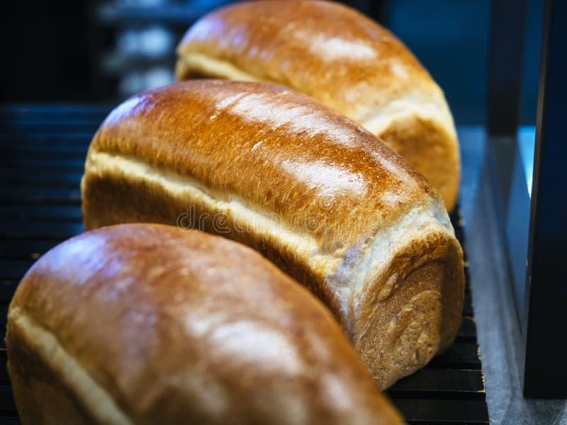 Η φραντζόλα ψωμιού φρέσκια ψήνει το κατάστημα αρτοποιείων επίδειξης στοκ φωτογραφία με δικαίωμα ελεύθερης χρήσης