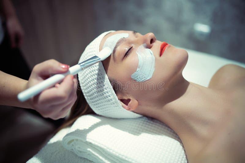 Η φροντίδα δέρματος και καθαρίζει τη θεραπεία στο μασάζ στοκ φωτογραφίες με δικαίωμα ελεύθερης χρήσης
