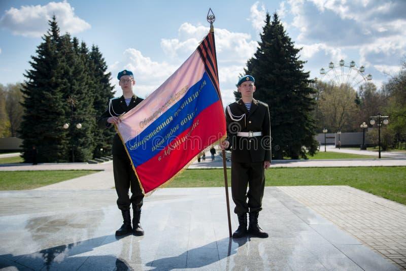 Η φρουρά της τιμής με τη σημαία στοκ φωτογραφία