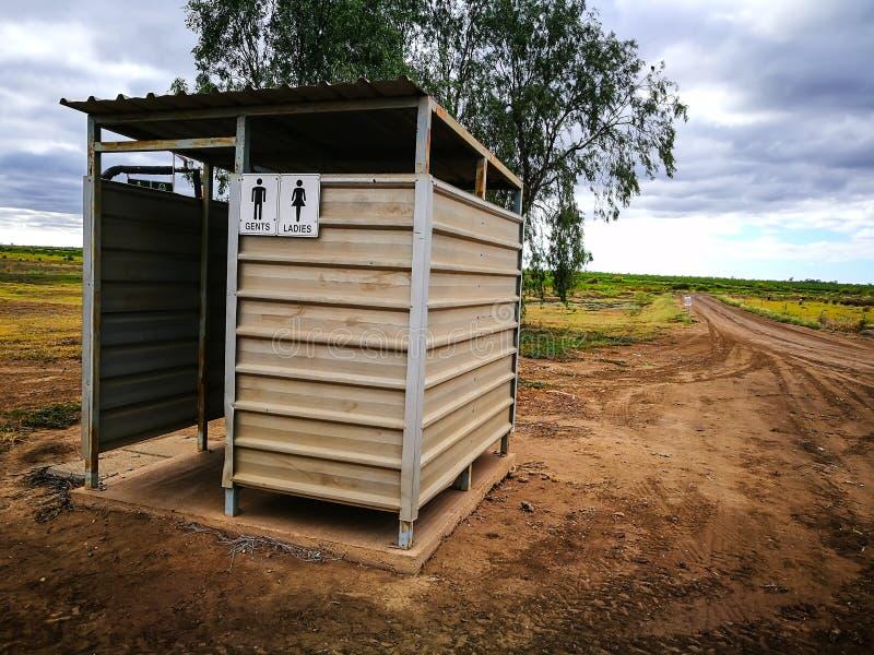 Η φυσική δημόσια τουαλέτα της Αυστραλίας στη σμαραγδένια περιφερειακή πόλη του Queensland στοκ φωτογραφίες