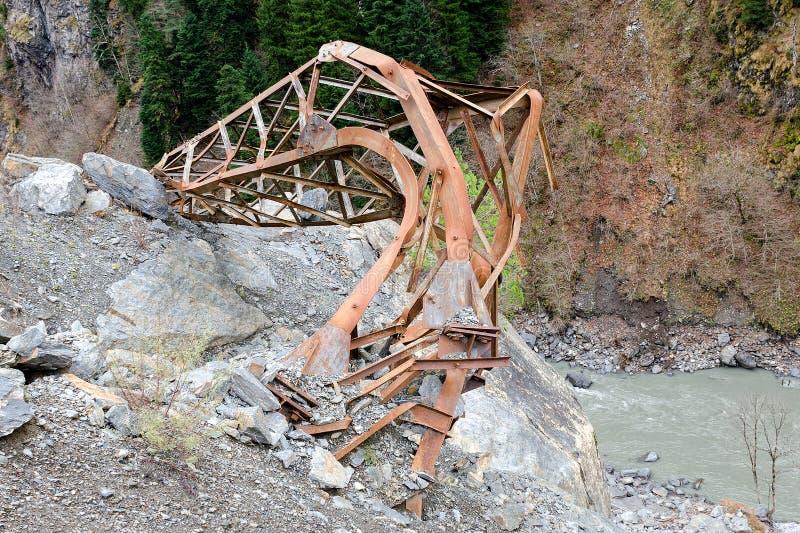 Η φυσική καταστροφή στα βουνά, επιπτώσεις των rockfalls, δύναμη της φύσης, κατέρρευσε τον ηλεκτρικό πόλο στοκ φωτογραφίες με δικαίωμα ελεύθερης χρήσης