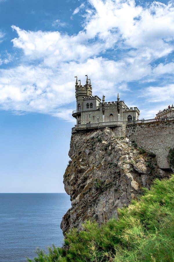 Η φυσική πανοραμική άποψη καταπληκτικού κάστρου ακτών της Κριμαίας του νότιου καταπίνει τη φωλιά ` s σε έναν απότομο βράχο στη Μα στοκ εικόνες