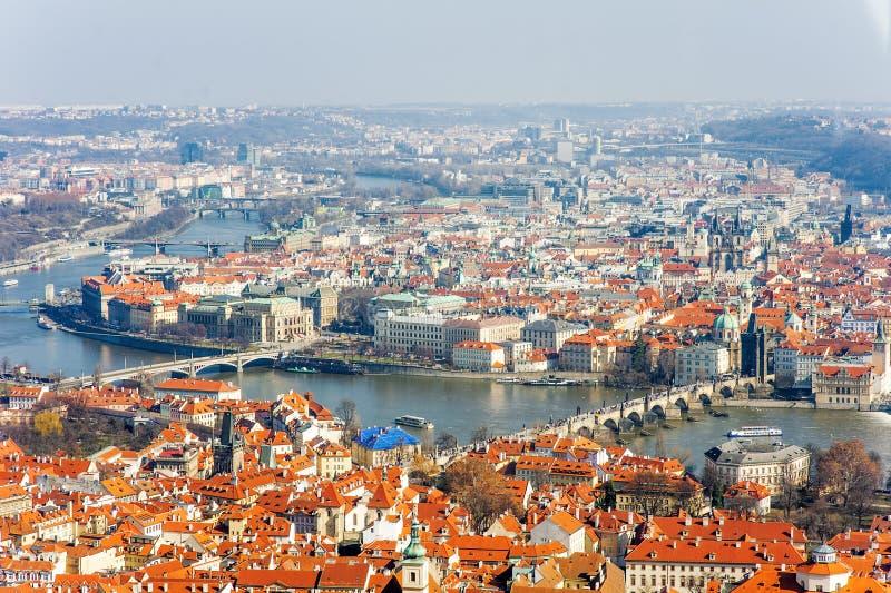 Η φυσική πανοραμική εναέρια άποψη της Πράγας της εικονικής παράστασης πόλης με τον ποταμό Vltava και ο Charles γεφυρώνουν, Δημοκρ στοκ φωτογραφία