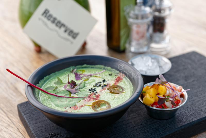 Η φυτική σούπα κρέμας στο βαθύ πιάτο αργίλου, το κρέας καβουριών και το μάγκο περικοπών εξυπηρέτησε στην πλευρά στοκ φωτογραφία με δικαίωμα ελεύθερης χρήσης