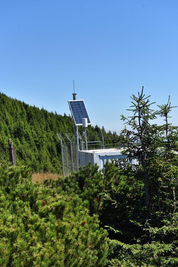 Η φωτοβολταϊκή εγκατάσταση επιτροπής χρησιμοποίησε για να τροφοδοτήσει το μετεωρολογικό σταθμό στοκ φωτογραφία