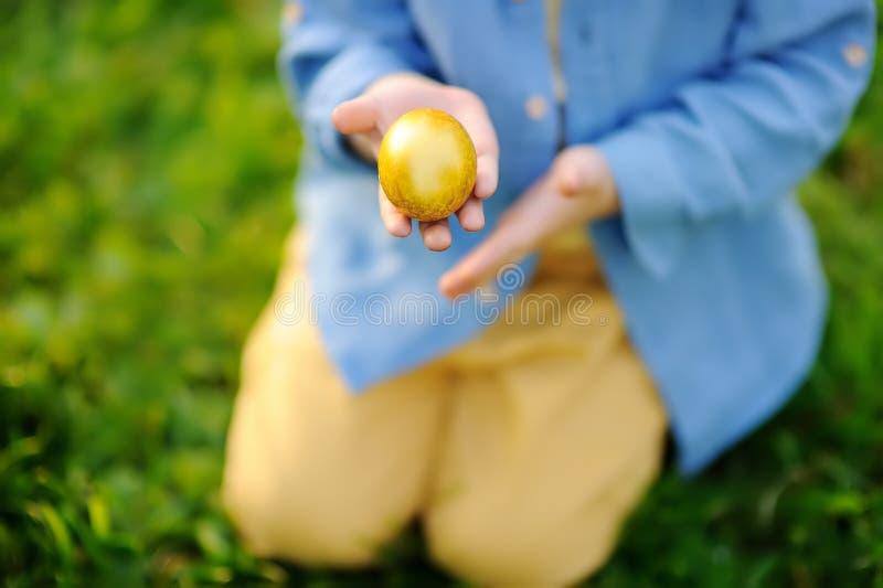 Η φωτογραφία κινηματογραφήσεων σε πρώτο πλάνο του κυνηγιού μικρών παιδιών για το αυγό Πάσχας σταθμεύει την άνοιξη την ημέρα Πάσχα στοκ εικόνα με δικαίωμα ελεύθερης χρήσης