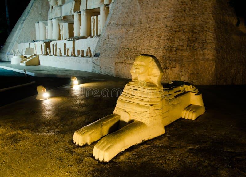 Η φωτογραφία νύχτας του μεγάλου Sphinx Giza στο μικροσκοπικό πάρκο είναι ένας ανοιχτός χώρος που επιδεικνύει τα μικροσκοπικά κτήρ στοκ εικόνες με δικαίωμα ελεύθερης χρήσης