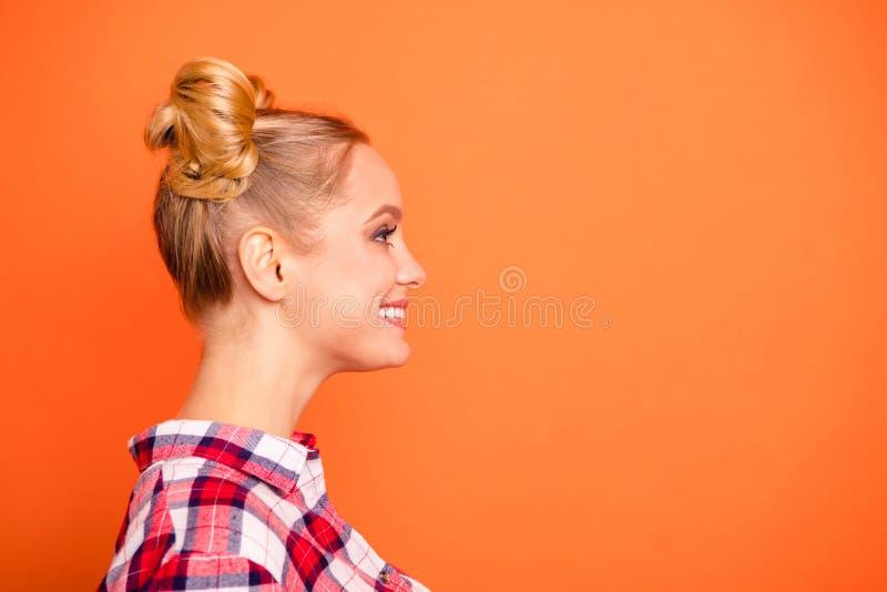 Η φωτογραφία πλάγιας όψης σχεδιαγράμματος συμπαθητικού ελκυστικού χιλιετούς φαίνεται αίσθηση που ευτυχής ειλικρινής έχει το υπόλο στοκ εικόνα