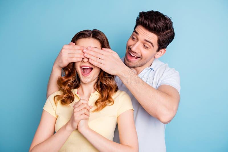 Η φωτογραφία συγκινημένων των ζευγάρι συνδέοντας ματιών δορών φιλαράκων δεν φαίνεται εικασία που φορούν τις περιστασιακές μπλούζε στοκ φωτογραφίες με δικαίωμα ελεύθερης χρήσης