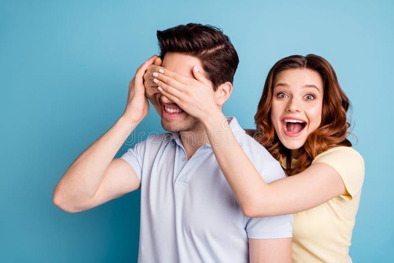 Η φωτογραφία συγκινημένων των ζευγάρι συνδέοντας ματιών δορών φιλαράκων δεν φαίνεται εικασία που φορούν τις περιστασιακές μπλούζε στοκ φωτογραφία με δικαίωμα ελεύθερης χρήσης