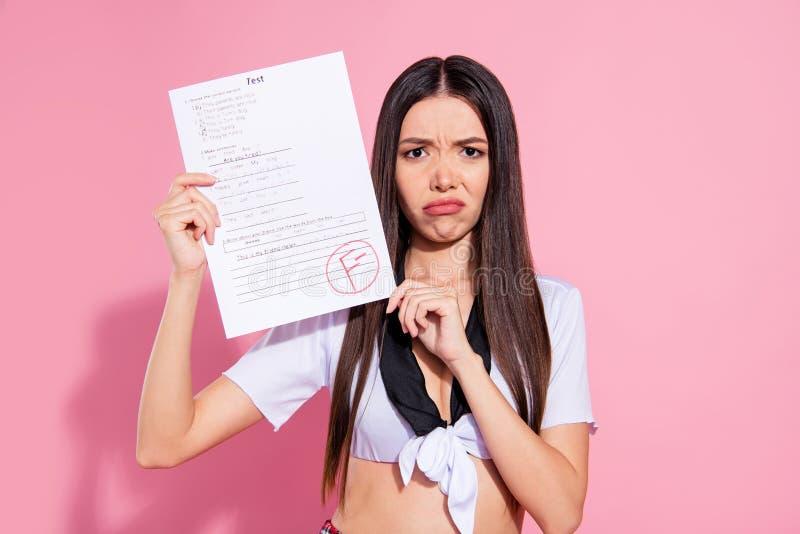 Η φωτογραφία της καταπληκτικής γυναικείας λαβής δίνει στον κατάλογο εγγράφου το φοβερό αποτέλεσμα Ι ένδυση έκφρασης δασκάλων ανάγ στοκ φωτογραφία