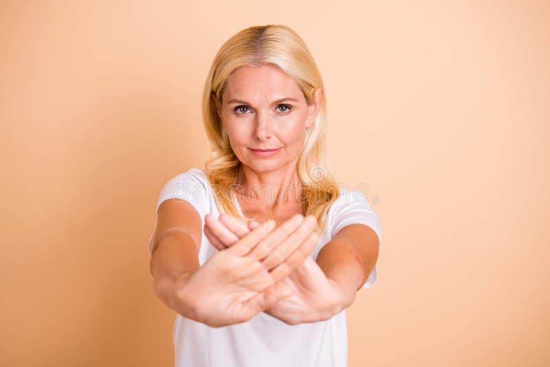 Η φωτογραφία της κυρίας οπλίζει διασχισμένος ρωτώντας τη στάση που δεν θα περάσετε μέσω του άσπρου περιστασιακού απομονωμένου μπλ στοκ εικόνες