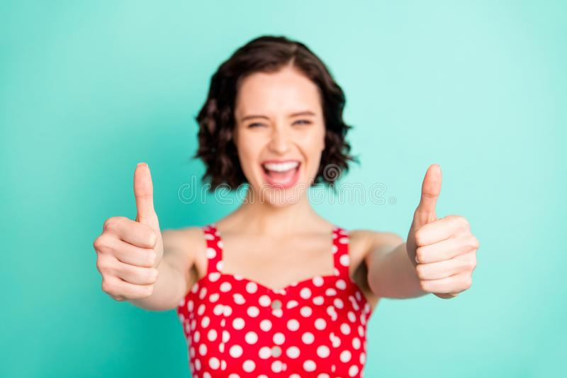 Η φωτογραφία του επίτευξης του συμπαθητικού ενθουσιασμένου απολαμβάνοντας κοριτσιού όλους τους στόχους και τώρα μόνο το πράγμα συ στοκ φωτογραφίες