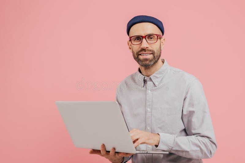 Η φωτογραφία του χρήστη του Ίντερνετ τύπων κοιτάζει βιαστικά τον ιστοχώρο στο φορητό προσωπικό υπολογιστή, που συνδέεται με ασύρμ στοκ εικόνες με δικαίωμα ελεύθερης χρήσης