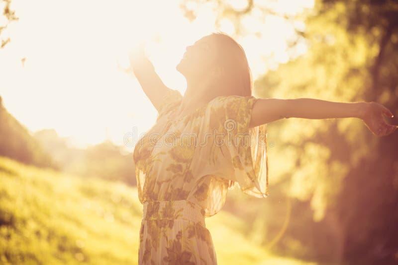 Η φύση με κάνει ευτυχησμένο όμορφες νεολαίες γυναικών στοκ εικόνες