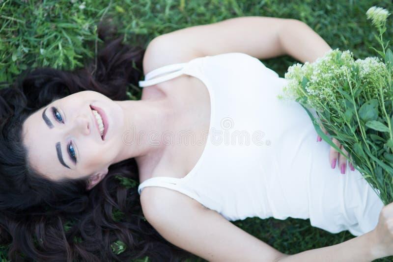 η φύση στιγμής χαλαρώνει τις νεολαίες γυναικών άνοιξης εποχής στοκ φωτογραφία