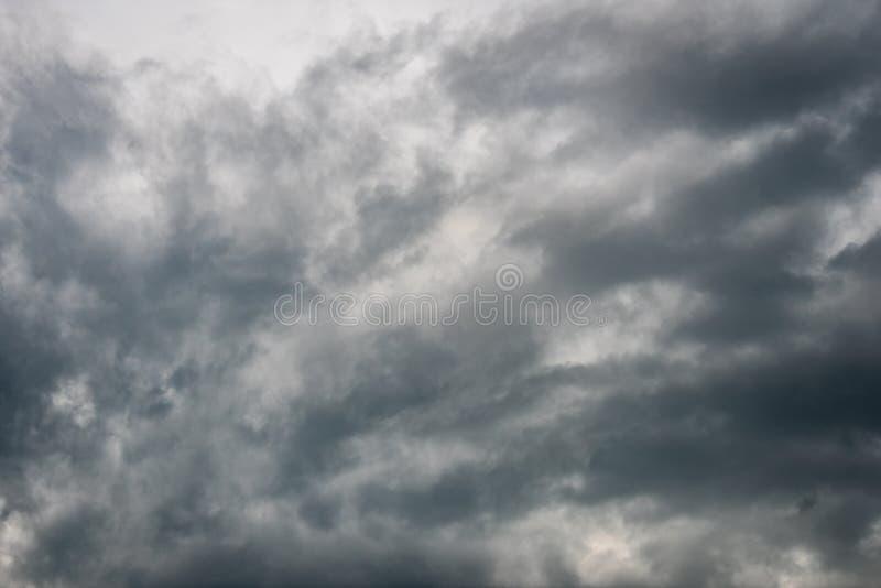 Η φύση του σκοτεινού ουρανού με νεφελώδη το πρωί στοκ εικόνες