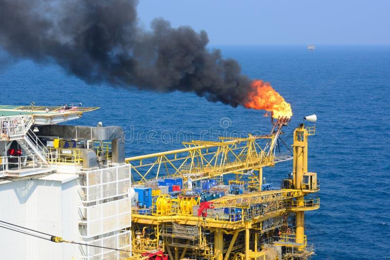 Η φλόγα αερίου είναι στην παράκτια πλατφόρμα άντλησης πετρελαίου στοκ εικόνα