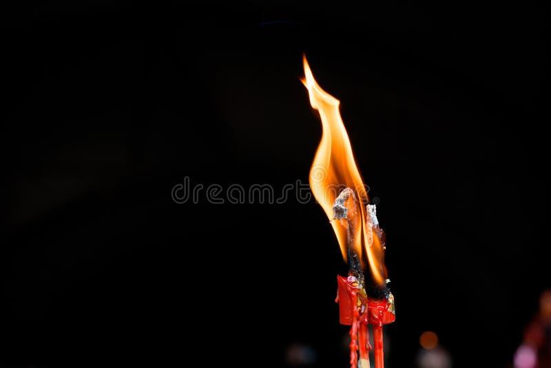 Η φλόγα του κεριού καίει στοκ εικόνες