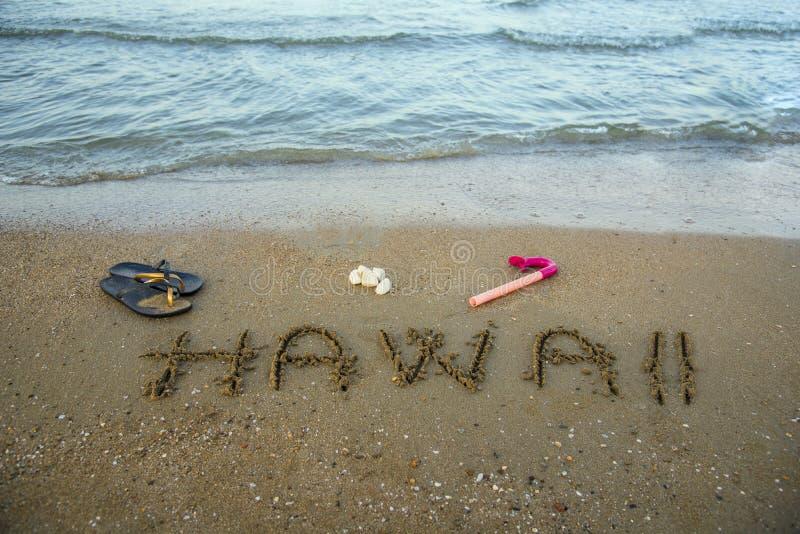 Η Χαβάη που γράφεται στην άμμο με κολυμπά με αναπνευτήρα κοιμώμεοί παραλιών στοκ εικόνες