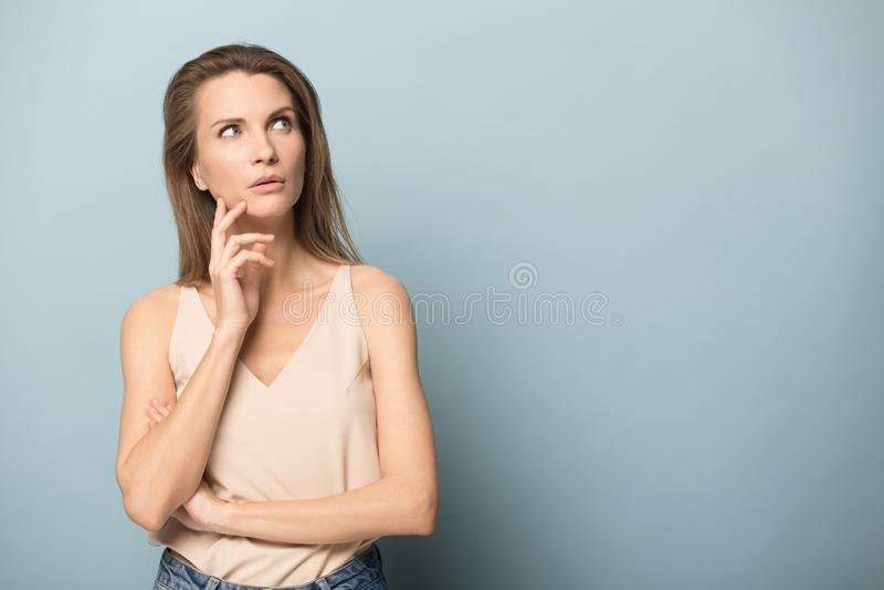 Η χαμογελώντας γυναίκα παρουσιάζει αντίχειρες συστήνοντας επάνω την καλή υπηρεσία στοκ εικόνες
