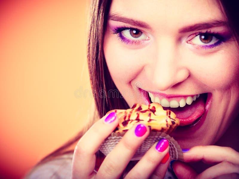 Η χαμογελώντας γυναίκα κρατά το κέικ διαθέσιμο στοκ φωτογραφία