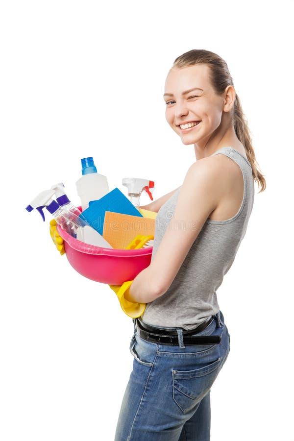 Η χαμογελώντας γυναίκα με τα μέσα καθαρισμού και σκουπίζει απομονωμένος στοκ φωτογραφία με δικαίωμα ελεύθερης χρήσης
