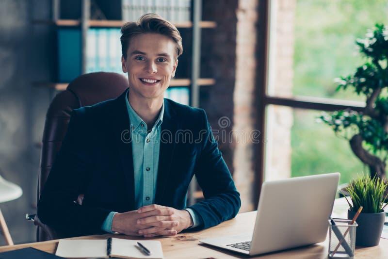 Η χαριτωμένη συμπαθητική όμορφη συνεδρίαση των επιχειρηματιών πορτρέτου κάθεται το επιτραπέζιο γραφείο ικανοποιώντας που ικανοποι στοκ εικόνες