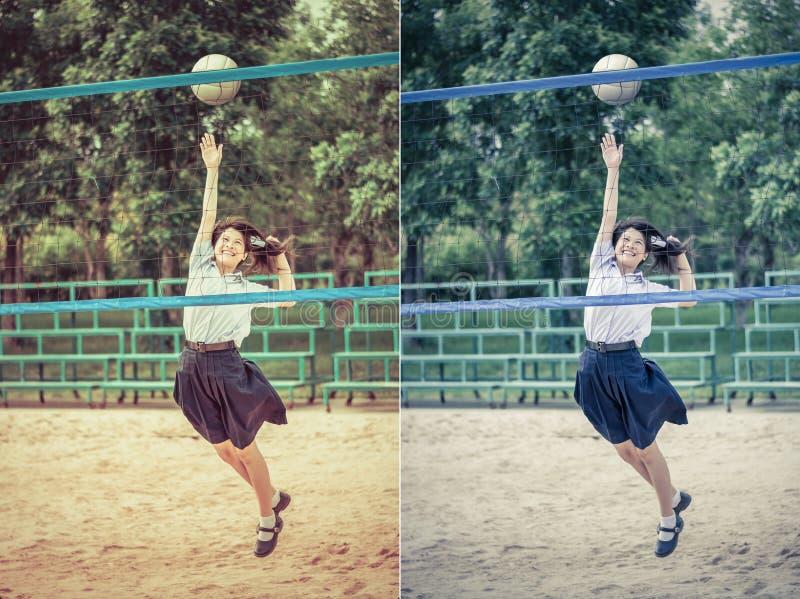 Η χαριτωμένη ταϊλανδική μαθήτρια παίζει την πετοσφαίριση παραλιών στο σχολικό unifo στοκ εικόνες