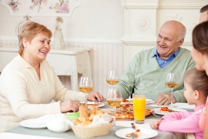 Η χαριτωμένη φιλική οικογένεια ξοδεύει το χρόνο από κοινού στοκ εικόνες