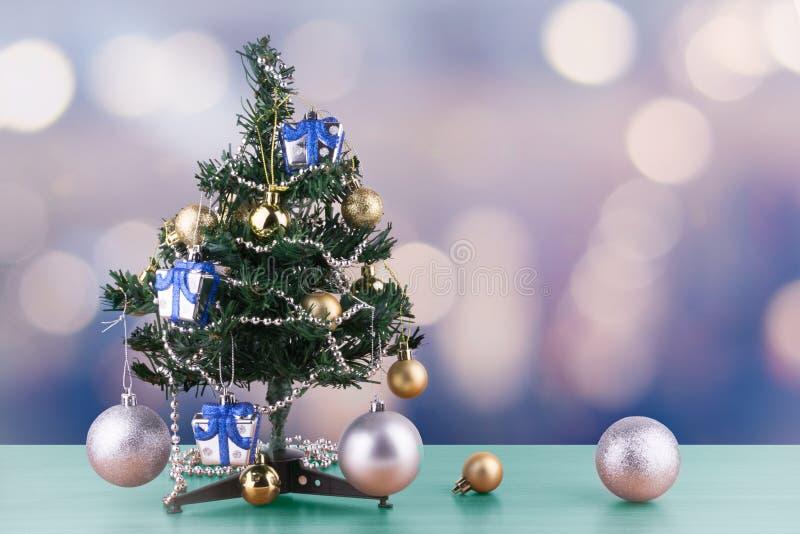 Η Χαρούμενα Χριστούγεννα και η νέα έννοια έτους, μικρό χριστουγεννιάτικο δέντρο είναι διακοσμημένες με τις διακοσμήσεις στον πίνα στοκ φωτογραφία με δικαίωμα ελεύθερης χρήσης