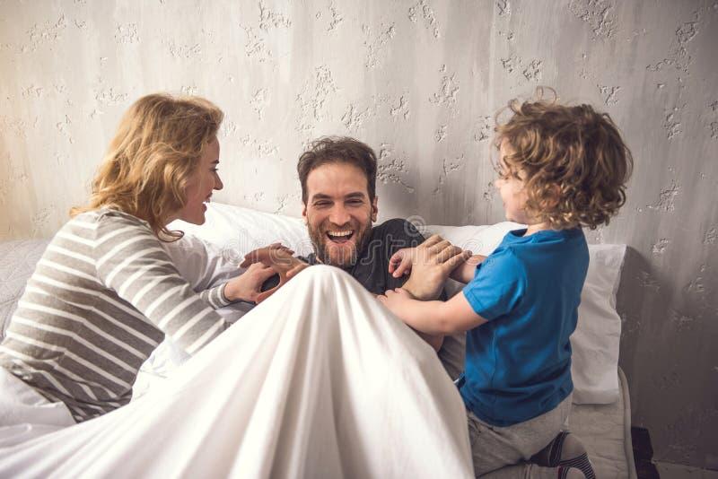 Η χαρούμενη μητέρα με το γιο χαϊδεύει τον ευχαριστημένο πατέρα στοκ εικόνες με δικαίωμα ελεύθερης χρήσης